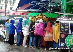 antri meski hujan demi mendapatkan pisang goreng crispy smart